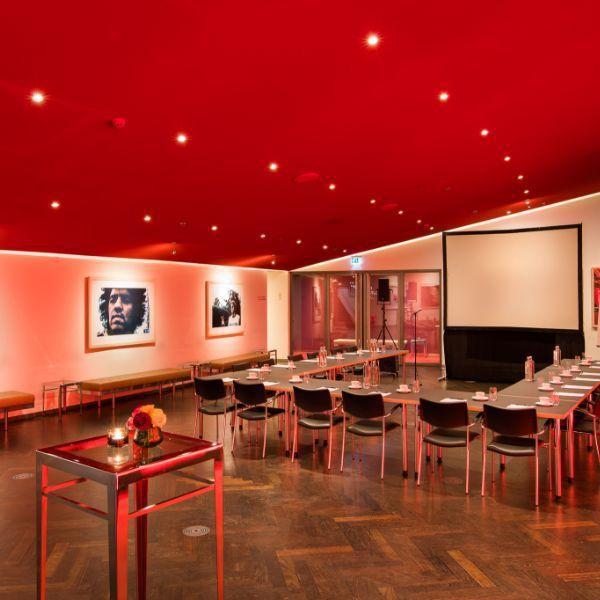 Congreslocatie-Amsterdam-DeLaMar-Theater-Rode-foyer-uvorm-opstelling2-LR