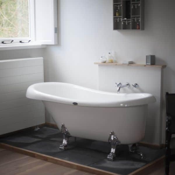 Villa Heidetuin, badkamer, witte bad, grijze tegels en witte muren