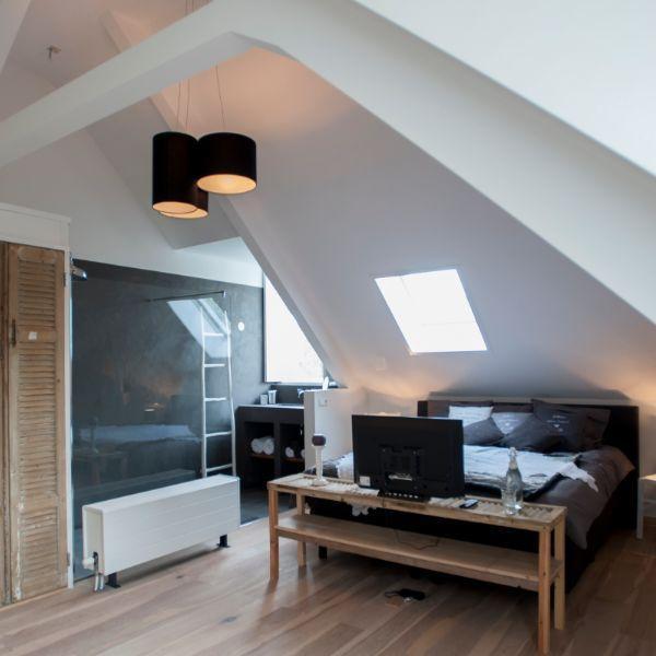Villa Heidetuin, kamer, witte muren tv, houten opzettafel en donker grijze bed