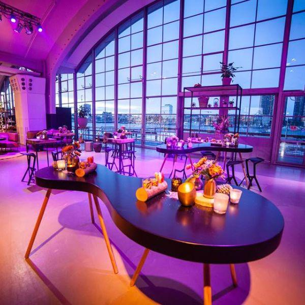 Cruise Terminal Rotterdam, zwarte tafels, zwarte stoelen en opmerkelijke attributen