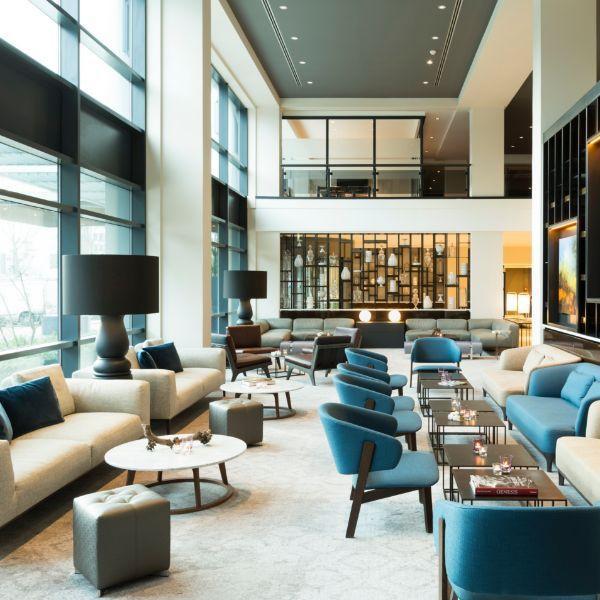 lounge-blauwe-stoelen-witte-banken-salontafel-2