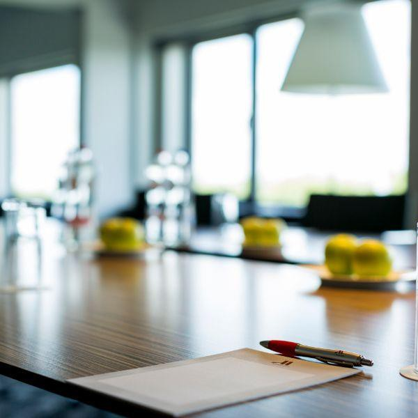 Marriott The Hague, houtentafel, pen en papier