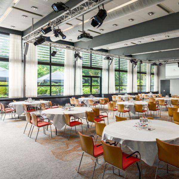 Marriott The Hague, vergaderruimte & houten stoelen