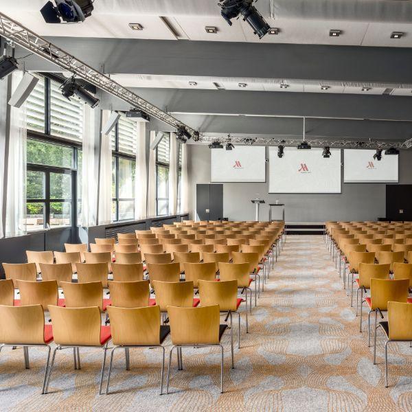 Marriott The Hague, vergaderruimte, houten stoelen en lampen